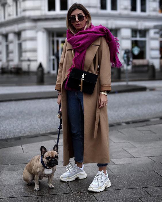 синие укороченные джинсы, верблюжье пальто, шарф цвета фуксии, белые кроссовки создают прохладный и смелый зимний образ