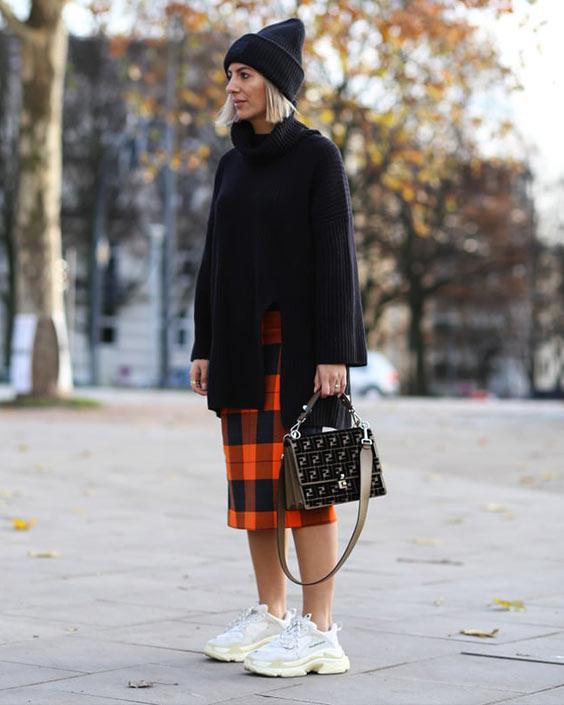 черный длинный джемпер и шапка, клетчатая юбка и белые кроссы