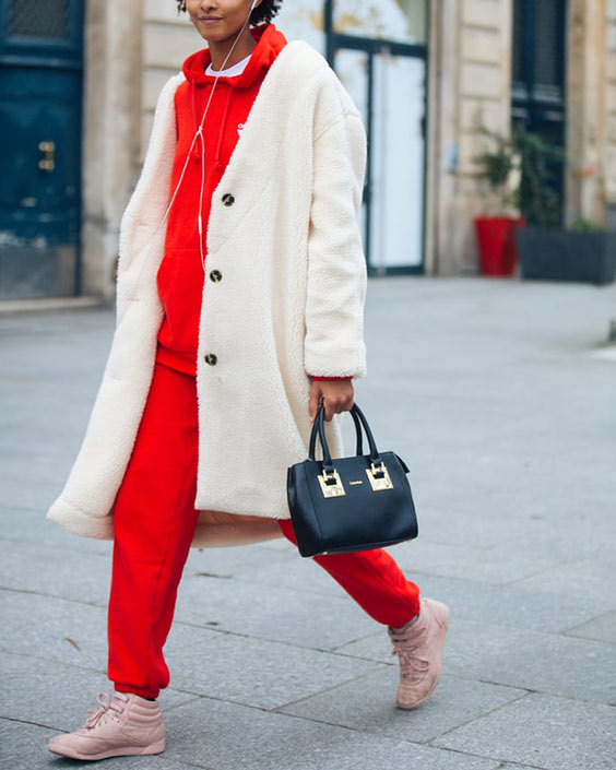красный спортивный костюм, бежевые кроссовки и белая шуба