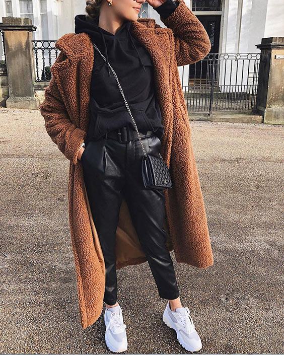 коричневая шуба, черное худи, кожанные брюки и светлые зимние кроссовки