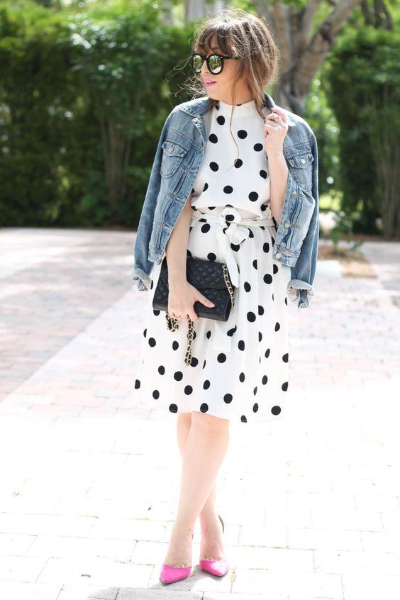 черно-белое платье до колена в горошек, джинсовая куртка и неоново-розовые туфли для модного стиля