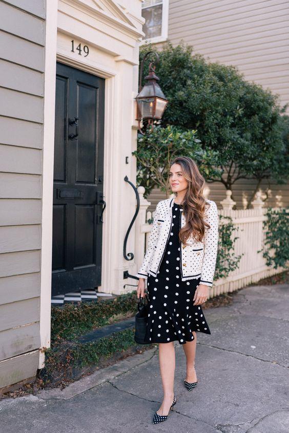 одежда в горошек облегающее черно-белое платье, пиджак Chanel, черная сумка-ведро