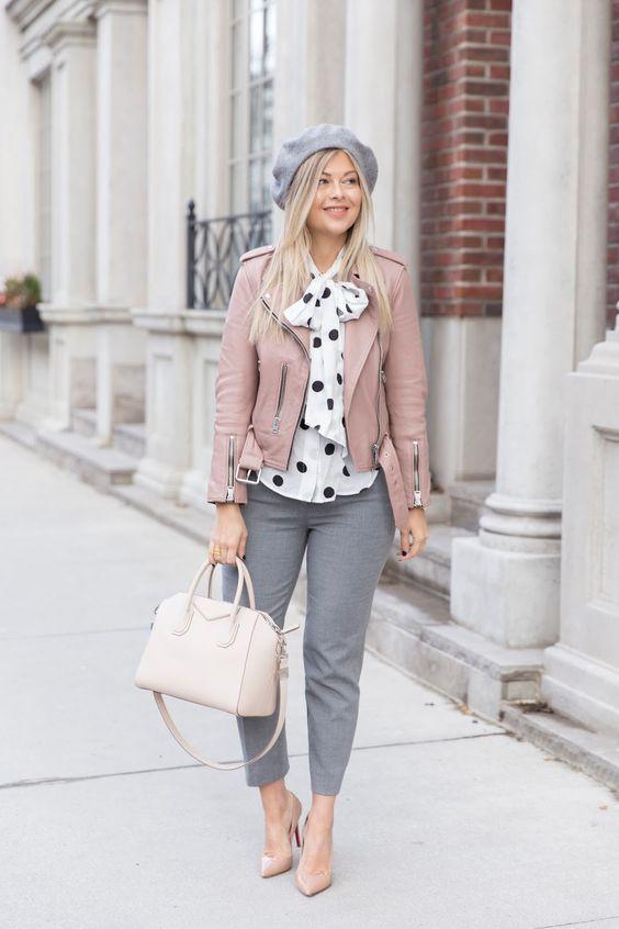 серые брюки, бело-черная блуза в горошек, розовая кожаная куртка, серый берет, обнаженные каблуки и белая сумка