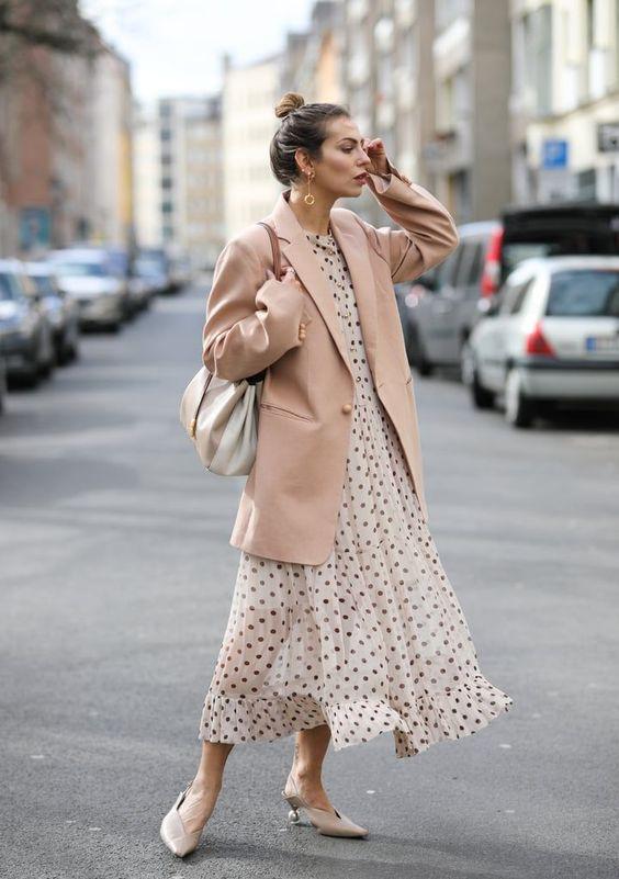 бежевый пиджак, платье в горошек, туфли