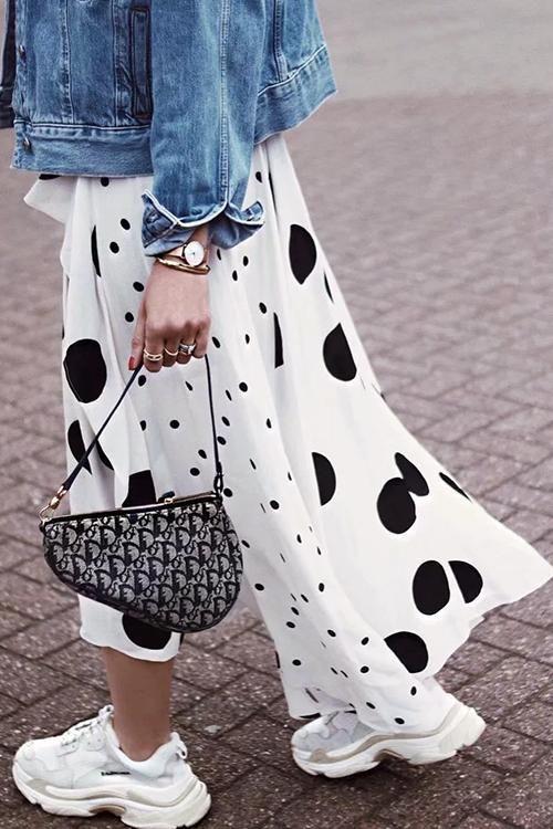 юбка в горошек с джисовой курткой и кросовками