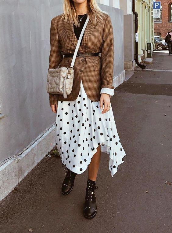 белая юбка в горошек и коричневый жакет в клетку