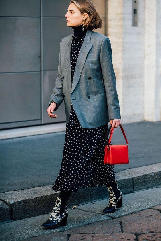черное длинное платье в горох с серым жакетом и красной сумкой