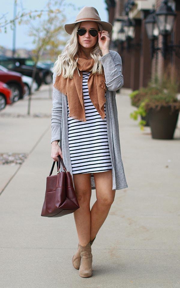 полосатое платье-футболка с кардиганом и шляпой