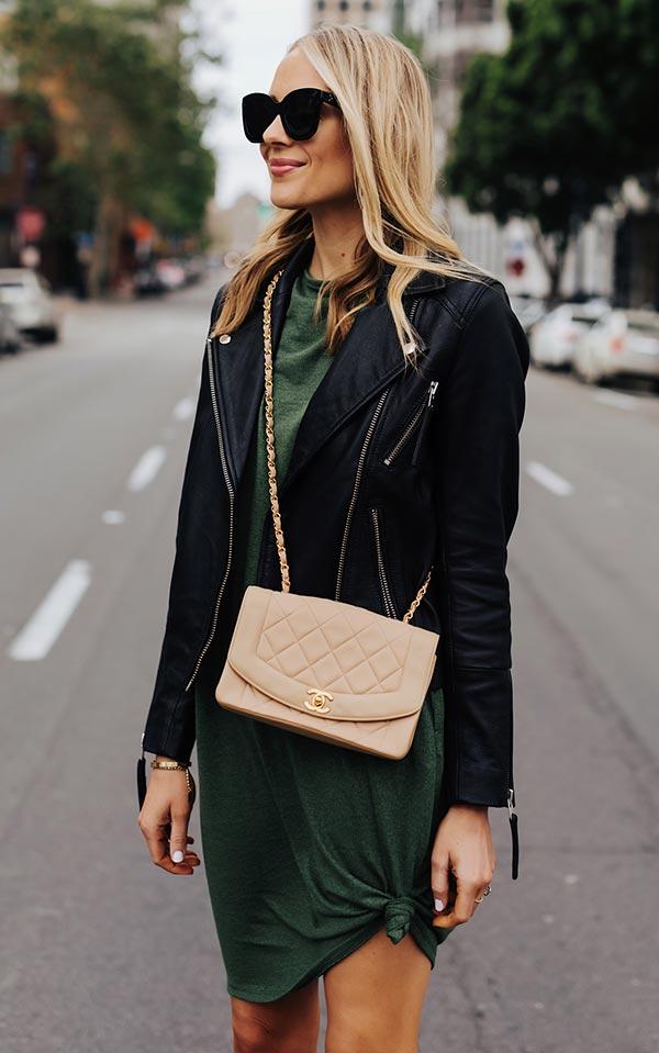 темно-зеленое платье футболка с черной кожаной курткой