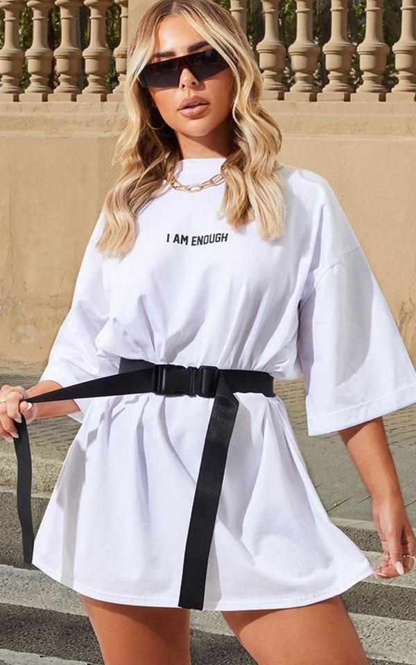 образ с белой футболкой и черным поясом