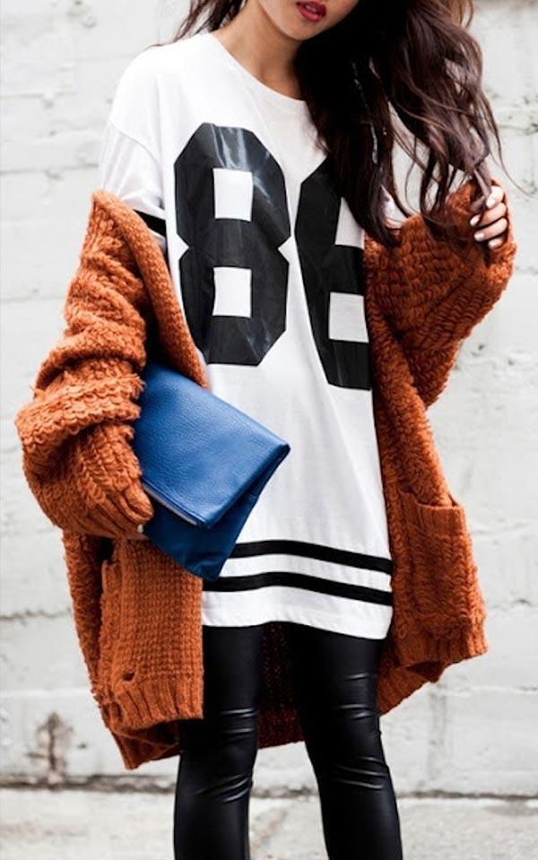 аутфит с футболкой кардиганом и кожаными леггинсами