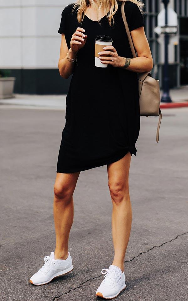 черное платье с белыми кроссовками