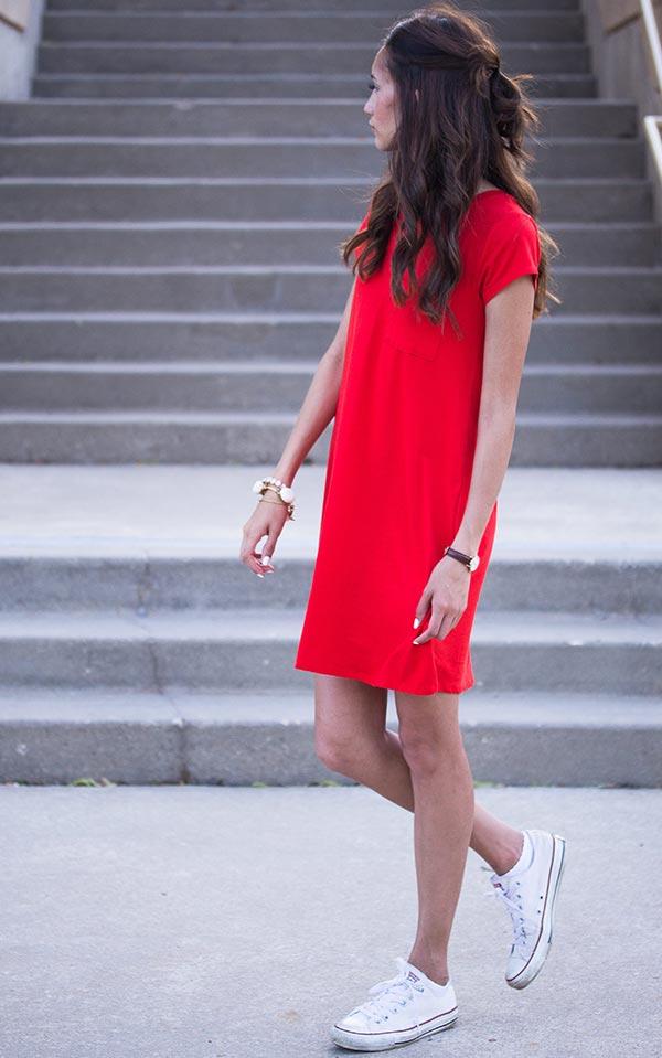 красное платье-футболка с белыми кедами