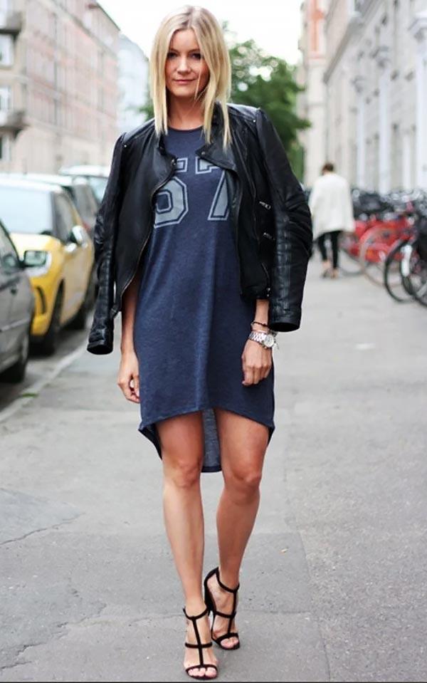 лук с темно-синим платьем футболкой, кожаной курткой и босоножками