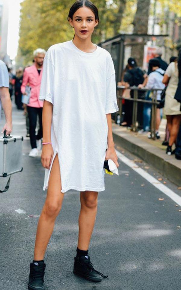 белое платье-футболка с черными ботинками