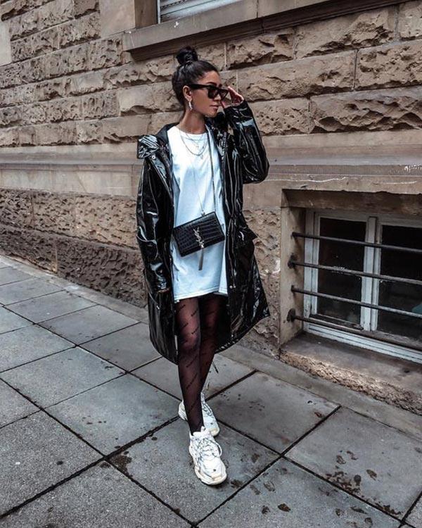 белое платье-футболка с черным плащом и кроссовками