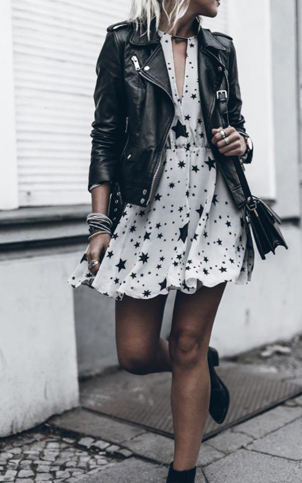 черная кожаная куртка с белым платьем с узором и ботильонами