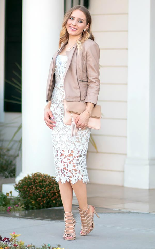 нежный образ с бежевой курткой и миди-платьем из кружевной ткани