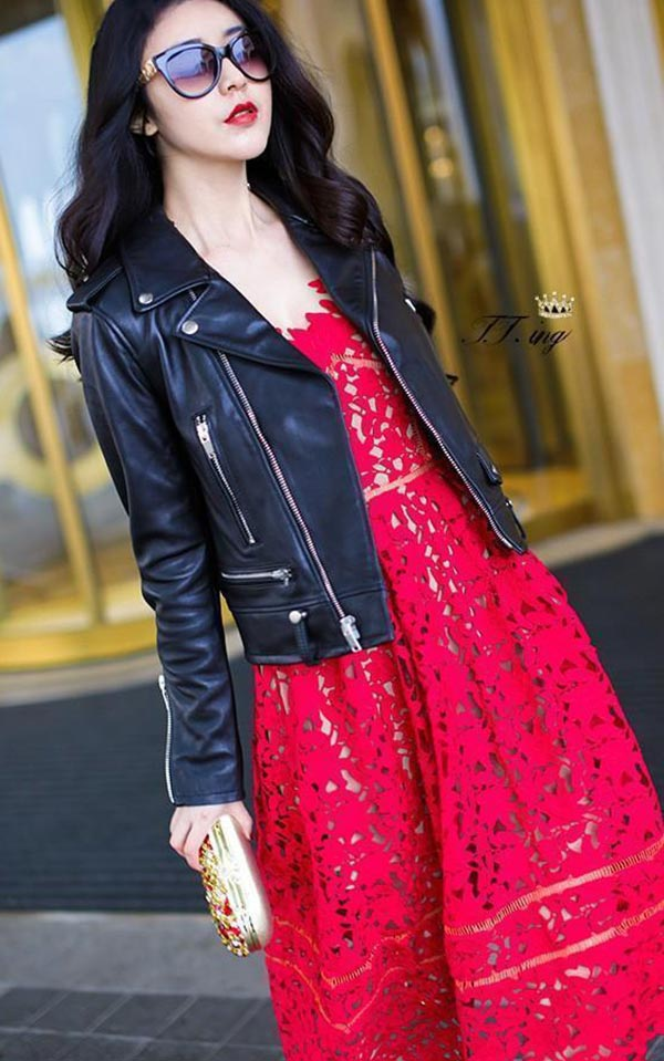 красное платье из кружево и черная косуха