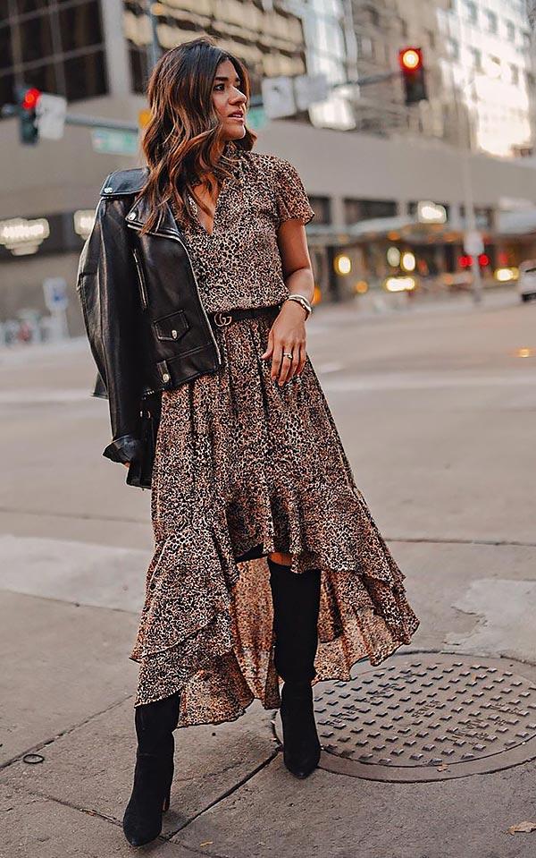наряд с принтованным платьем и кожаной курткой