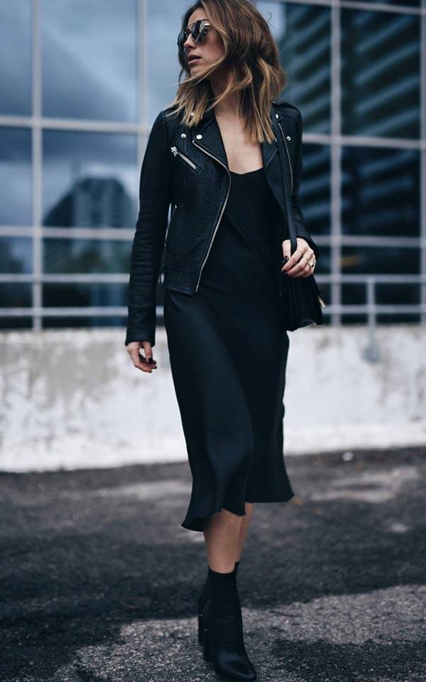 наряд с черным атласным платьем и кожанкой