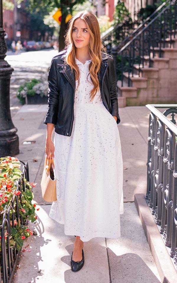 белое кружевное платье с темными туфлями, бежевой сумкой и кожанкой