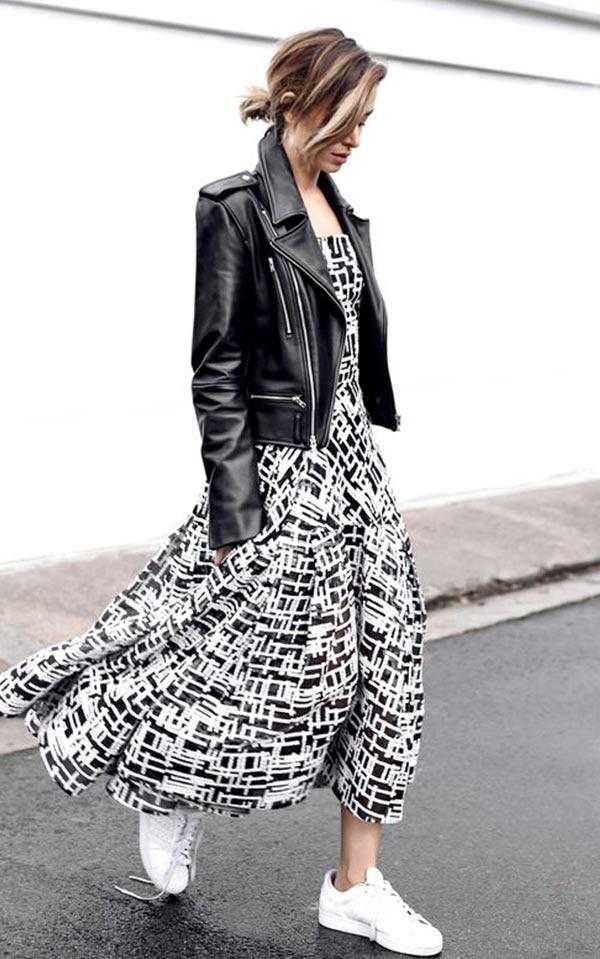 платье с кожаной курткой и белыми кроссовками