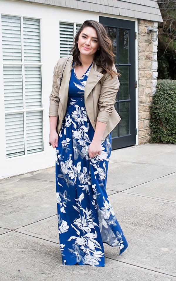 сочетание синего платья и бежевой кожанке