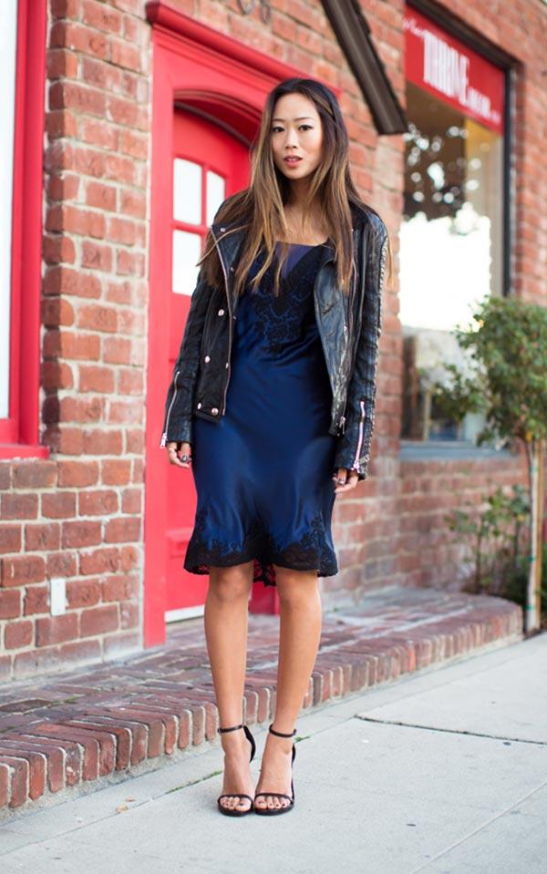 лук с темно-синим атласным платьем и кожанкой
