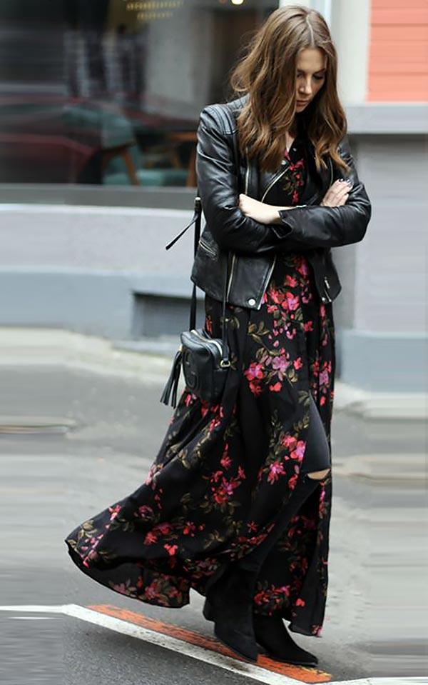 платье в цветочек с косухой и сапогами