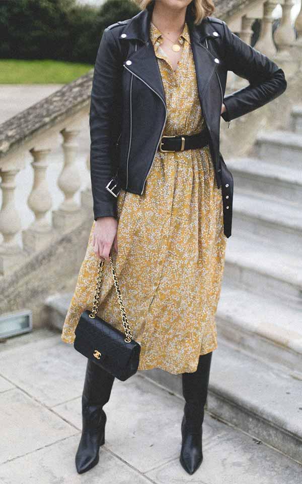 горчичное легкое платье миди с курткой из кожи, сапогами, сумкой, поясом