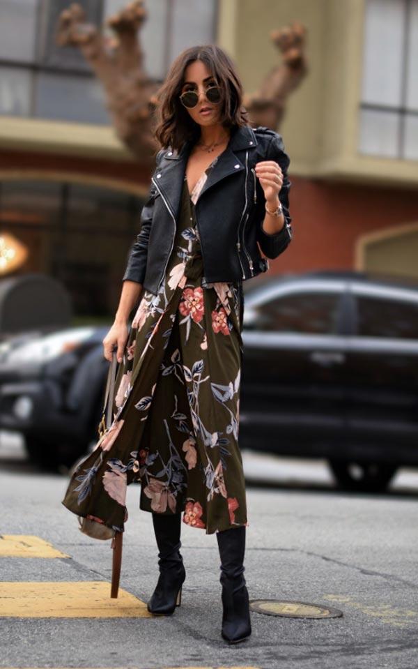 цветочное платье с кожаной курткой и сапогами
