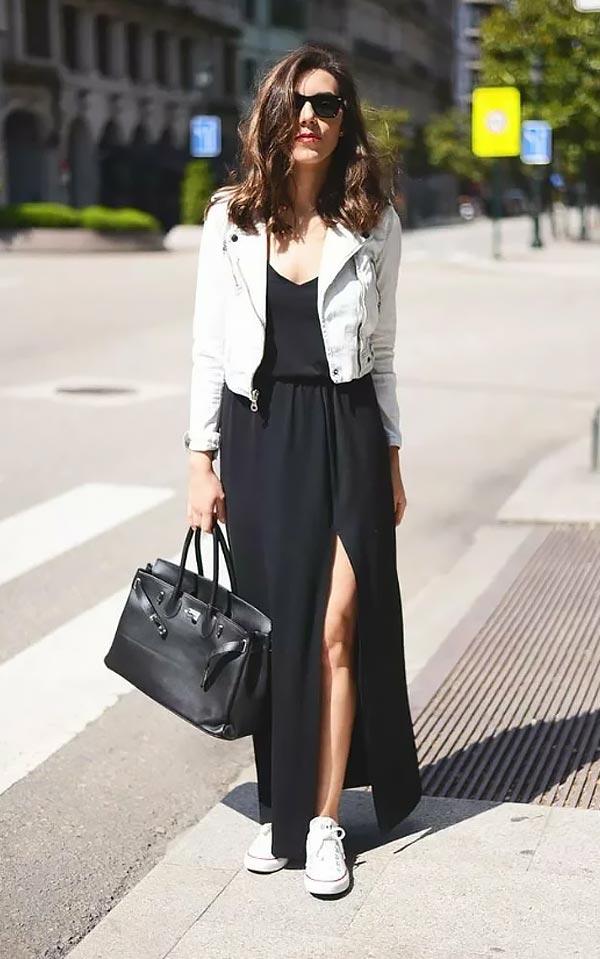лук с черным платьем в пол, кожаной белой курткой, кедами