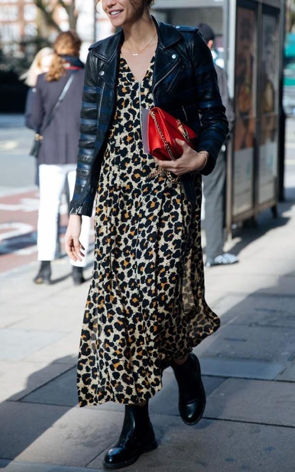 леопардовое платье в пол с красной сумкой и курткой