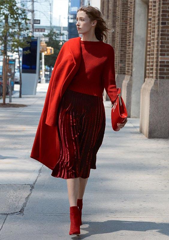 С красным свитером, красным пальто, клатчем и красными замшевыми ботильонами