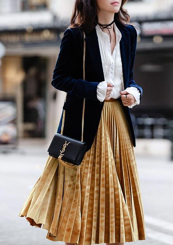 С белой блузкой, черным бархатным длинным пиджаком и черной цепной сумкой