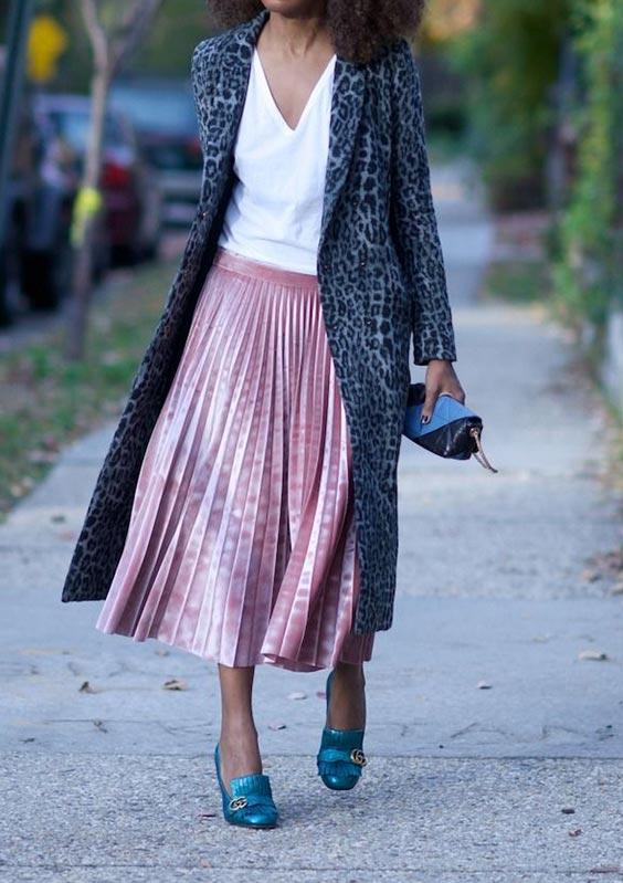 С белой рубашкой, синими туфлями, мини-клатчем и миди-пальто с принтом