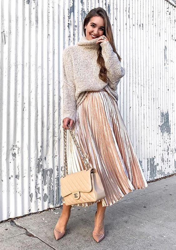 С бежевым длинным свитером, бежевыми туфлями и бежевой сумкой