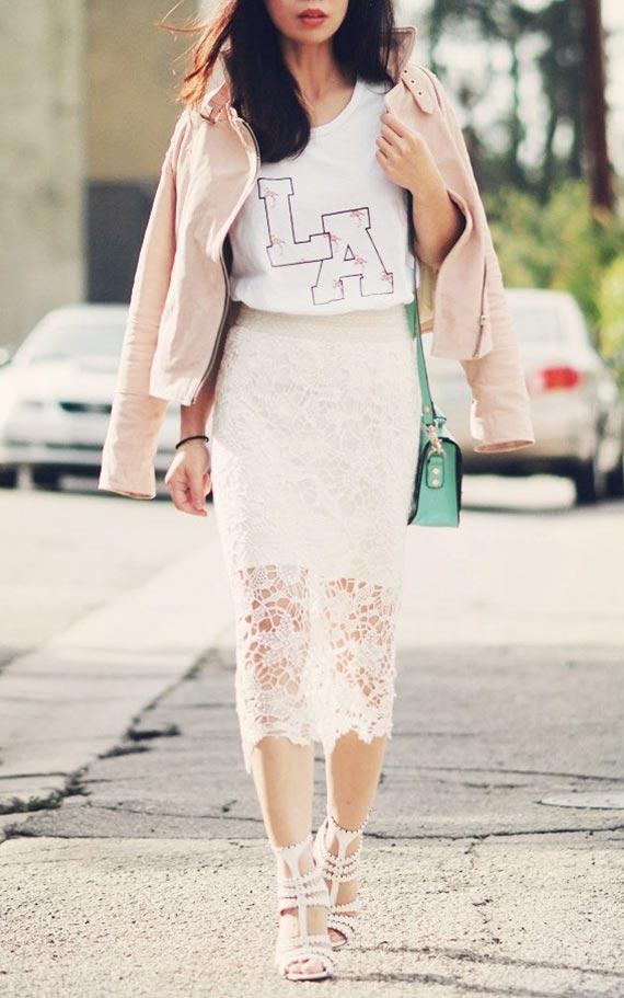 нежный образ с кружевной юбкой и футболкой с надписью