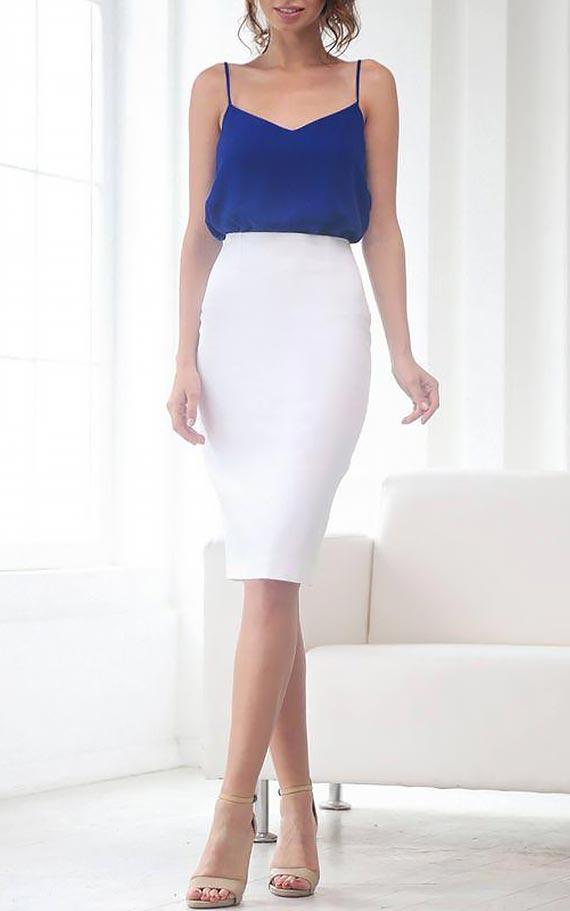 белая юбка карандаш с синим шелковым топом на брителях