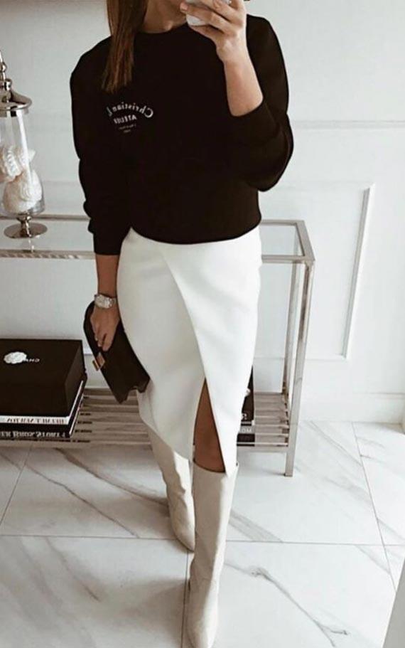 образ с свитшотом, белой юбкой с запахом и бежевыми сапогами