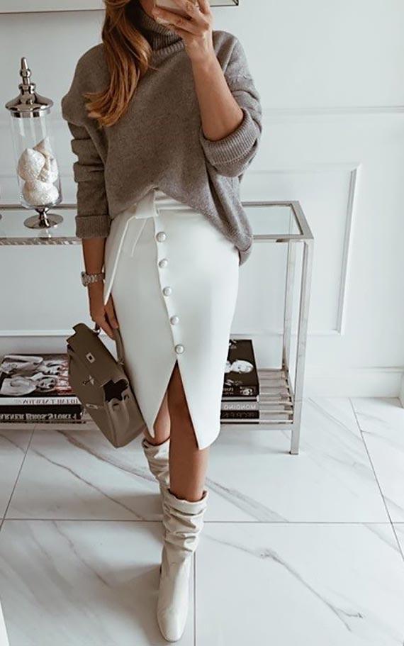 повседневный лук с кофейнам свитером и светлой юбкой на пуговицах
