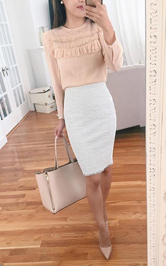 романтичный лук с бежевой блузкой с рюшами и светлой юбкой