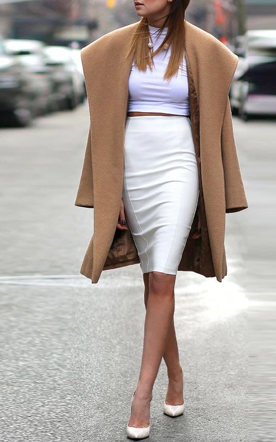 белая юбка карандаш с коричневым пальто