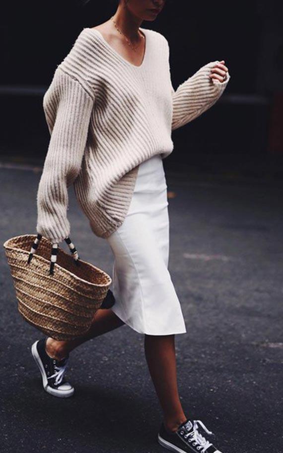 наряд со свитером и белой юбкой карандаш