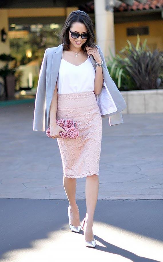 бежевая кружевная юбка-карандаш со светлым топом и серым жакетом