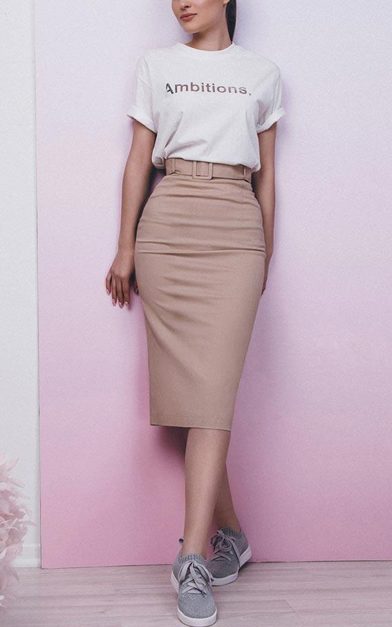 высокая бежевая юбка-карандаш с поясом с футболкой и кедами