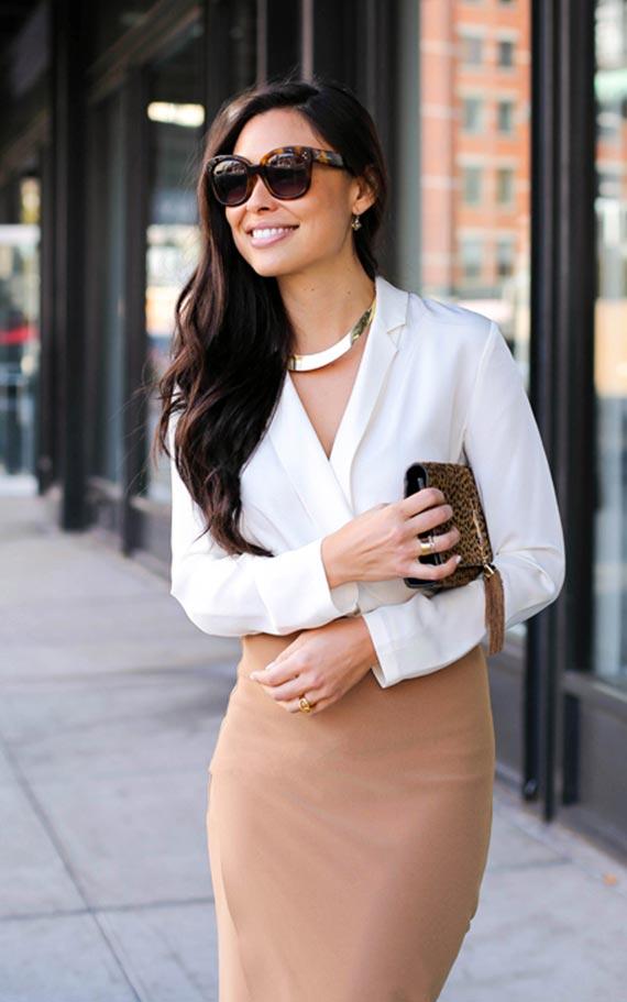 бежевая юбка-карандаш с белой блузкой и колье