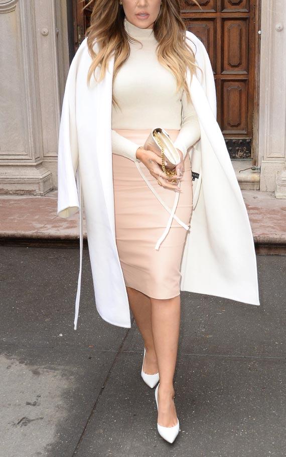 бежевая юбка-карандаш с водолазкой и пальто
