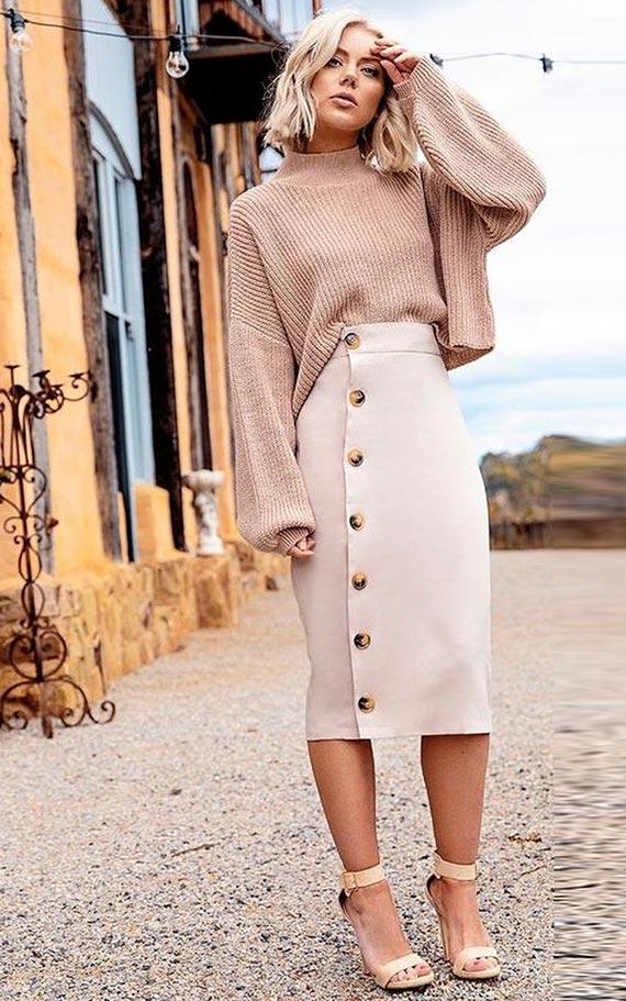 лук с юбкой на пуговицах и объемным свитером